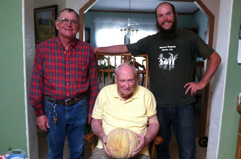 """门罗家族的成员,有一个""""格里利奇迹""""甜瓜。左至右:杰瑞Jr .)杰瑞Sr。(第一个上市的西瓜年鉴》),和凯尔小杰瑞的儿子。"""