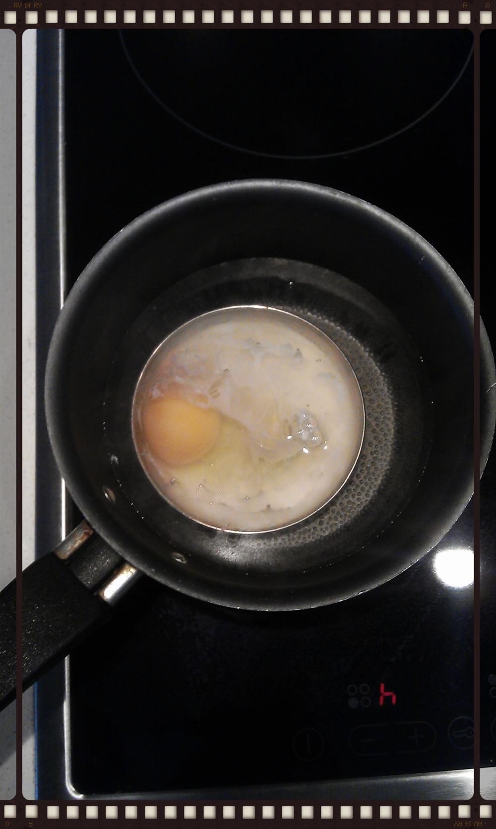 Βάζουμε το αβγό μέσα στο καπάκι.