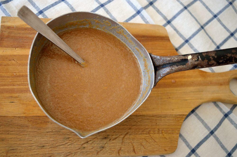 Στην κατσαρόλα ζεσταίνουμε το γάλα, το φυστικοβούτυρο, τη ζάχαρη, τη ζελατίνη και τη βανίλια.