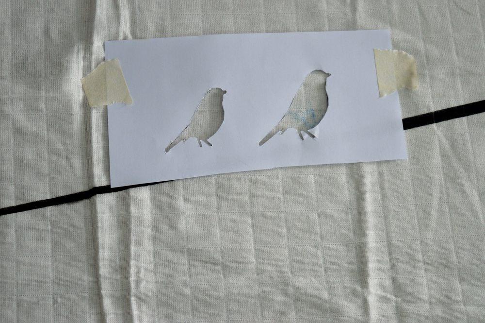 Βάζω το χαρτόνι με το μοτίβο που θέλω και το στερεώνω με χαρτοταινία