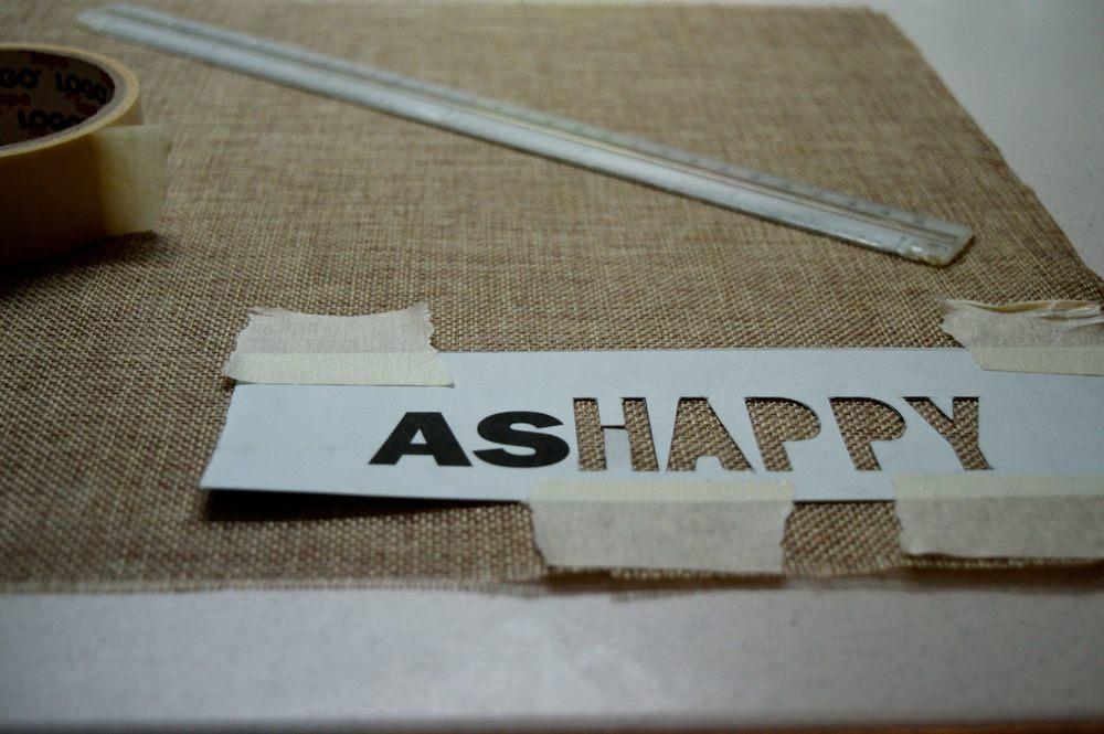 Γράφω ότι θέλω σε ένα χαρτόνι, το κόβω και το στερεώνω στο σημείο που θέλω.