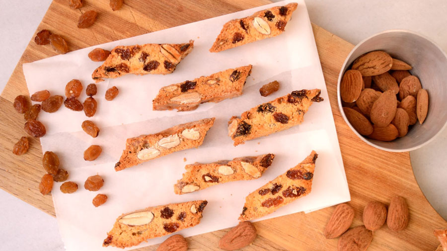 http://www.paxxi.gr/blog/biscotti-with-raisins-and-almonds