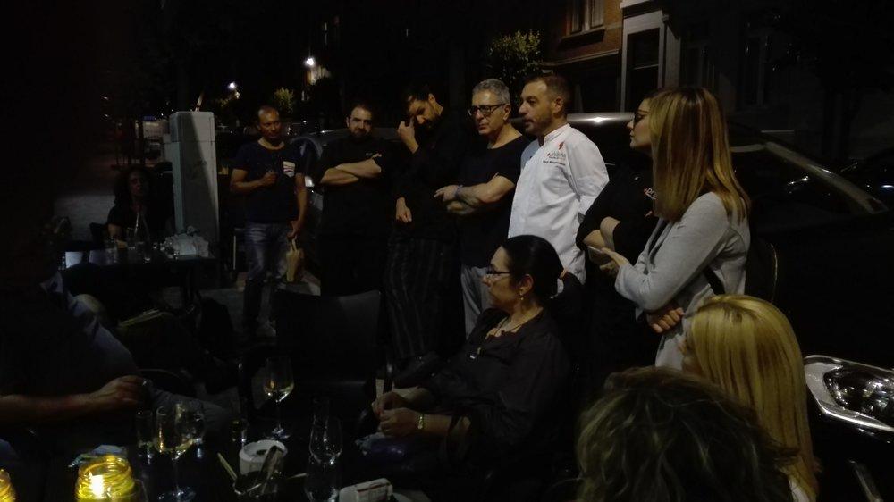 """Έξω από το εστιατόριο """"Philema"""" οΣτέλιος Κούλογλου με τους σεφΜάνο Μακρυγιαννάκη, ΓρηγόρηΧέλμη, ΜιχάληΧάσικο, Αντιγώνη Παπαβασιλείου"""