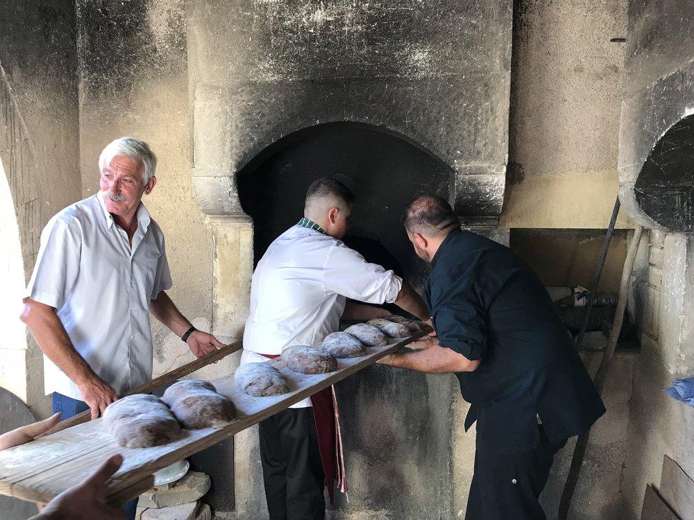 Τα ψωμιά έτοιμα για φουρνάρισμα με τον σεφ Μιχάλη Χάσικο