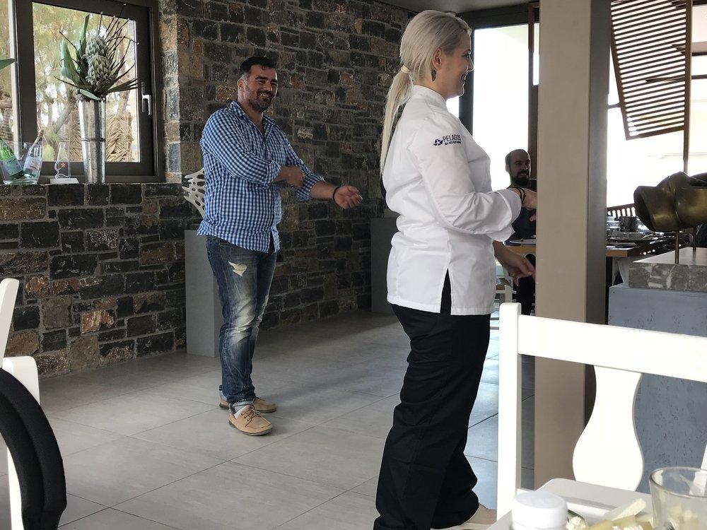 Ο γλύπτηςΜιχάλης Βουζουνεράκης με τη σεφ Κων/ναΒούλγαρη – Κοντεσοπούλου