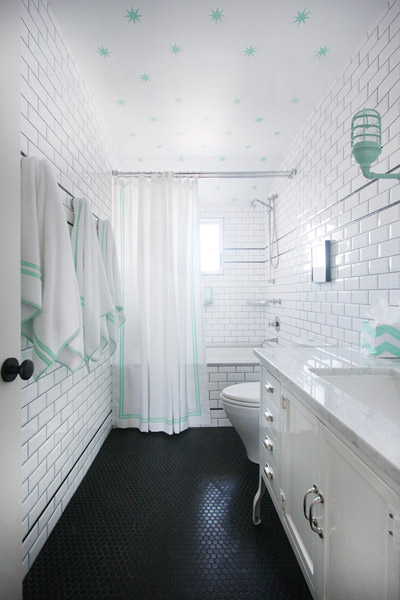 Jenny Wolf, Lonny Magazine, Long Beach Island Summer beach house, bathroom, green, stars