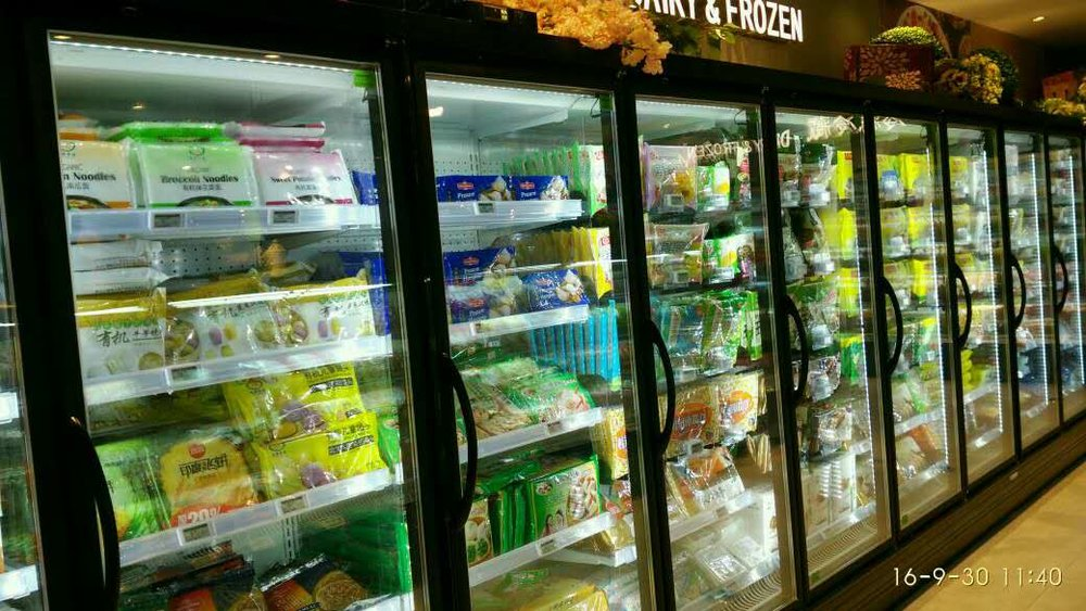 Freezer aisle of a supermarket using esLabels electronic shelf labels