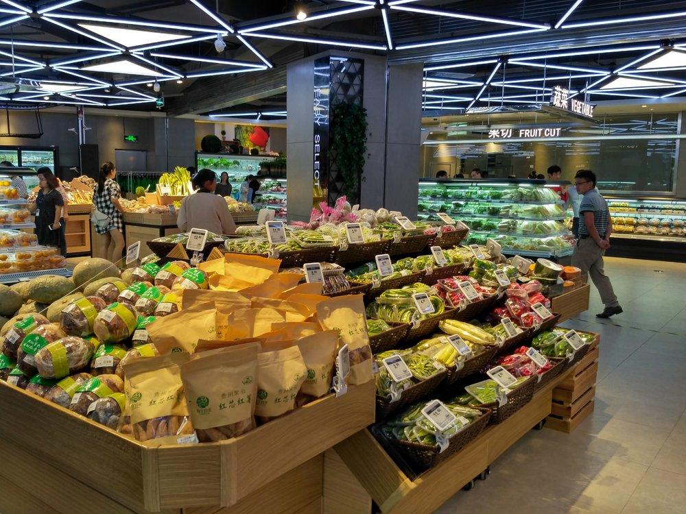 Fresh vegetables section of a supermarket using esLabels digital oricing solution