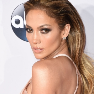 Jennifer Lopez* is queen of the smokey eye. At the 2014 American Music Awards she accentuates her eyes with long, dark lashes and dark browns around the lids and under eye. She uses a shimmery gold on the upper eye for a little glitz. Her cheekbones and lips are accentuated by  natural colors that help dramatize the eyes.    *photo taken from marieclaire.co.uk