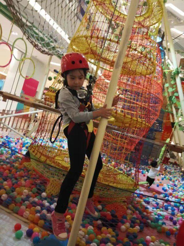 徐俪宁,我是一个活泼开朗好运动的女孩。平时休息的时候我会去做一些体育运动,例如:游泳、轮滑、攀岩。我的特长是舞蹈和绘画,但我更喜欢表演,我希望我长大后能当一名演员,像我的偶像杨幂那样优秀。  Xu Li Ning, I am a lively, cheerful, and sporty girl. Usually to relax, I will do some sports, such as swimming, roller skating and rock climbing. My specialty is dance and painting, but I prefer acting, and I hope I grew up to be an actress, as good as my idol Yang Mi.
