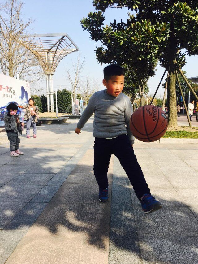 任建业:大家好,我叫任建业。我今年十岁了。我是一个活泼、爱笑的男生,一笑眼睛就眯成一条线。我有很多的兴趣爱好:看书、跳绳、踢毽子、画画……我的梦想是成为一位有名的画家,所以现在就要好好学习,天天向上,这样才有可能性。你们愿意和我做朋友吗?  Ren Jianye: Hello everyone, my name is Ren Jianye. I am ten years old. I am a lively and loving boy. I have a lot of hobbies: reading books, skipping, playing badminton, painting ... My dream is to become a famous painter, so I will study hard now and work everyday so that it can be possible. Will you be friends with me?