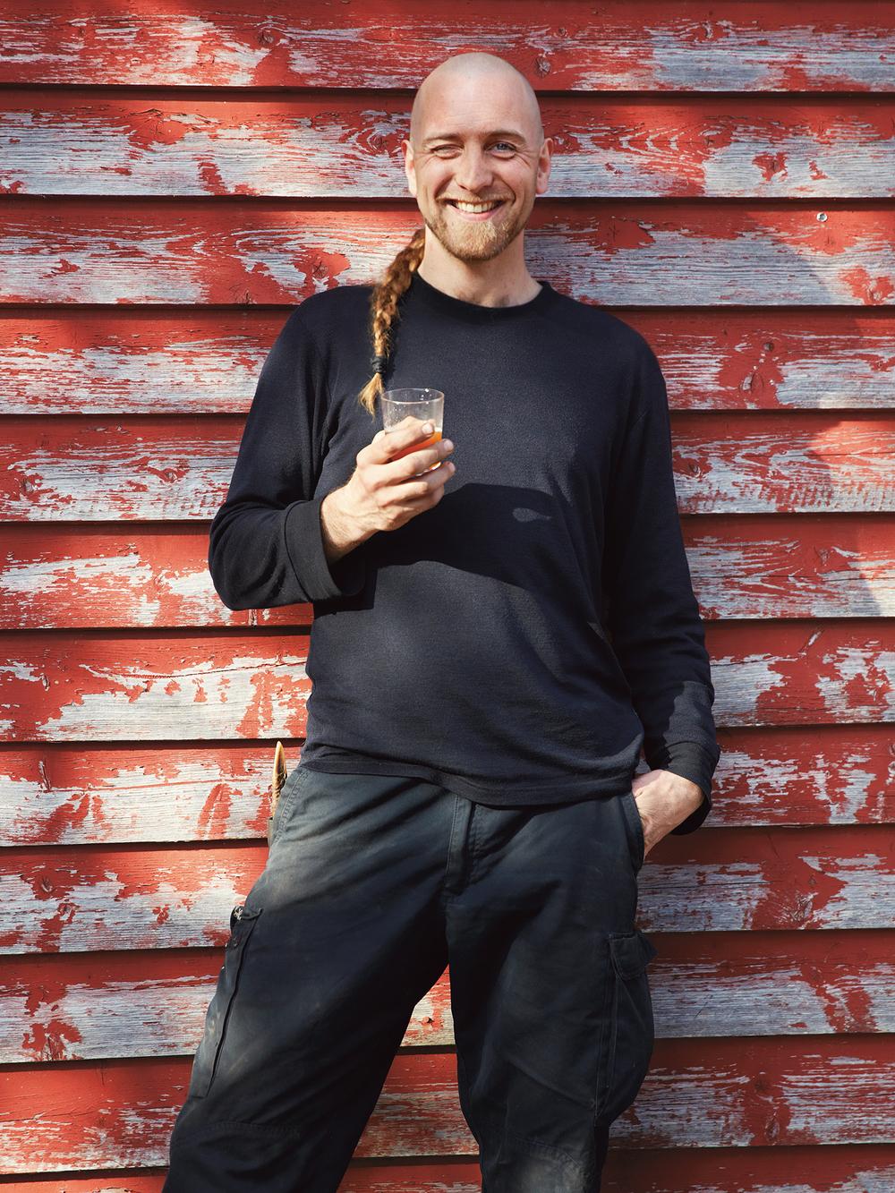 Sturle Holstad skåler i nybrygget gårdsøl.