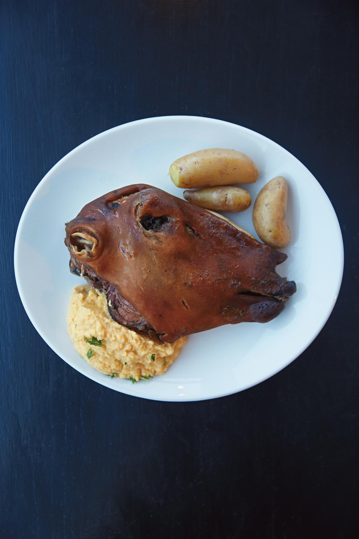 Vossabrygg og Smalahove er en kulinarisk kombinasjon som jeg anbefaler alle å prøve. Husk at et åpent sinn gir rike belønninger.