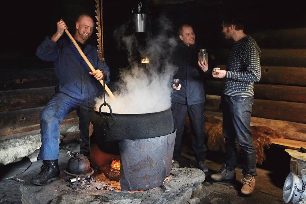 Sturle lager eienerlåg mens Jon og Amund studerer kveiken nedarvet gjennom generasjoner.