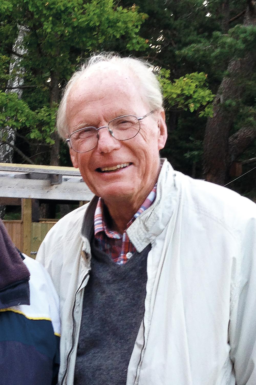 Anders M. Liaaen (80er sivilingeniør fra Ålesund med særliginteresse for historie, gamle bygninger og -verktøy. Gjennom 40 år har han kjøpt forfalne tømmerhus av lokale bønder, og gitt dem heder og verdighetpå familiestedet ROE på Lesjaskog.