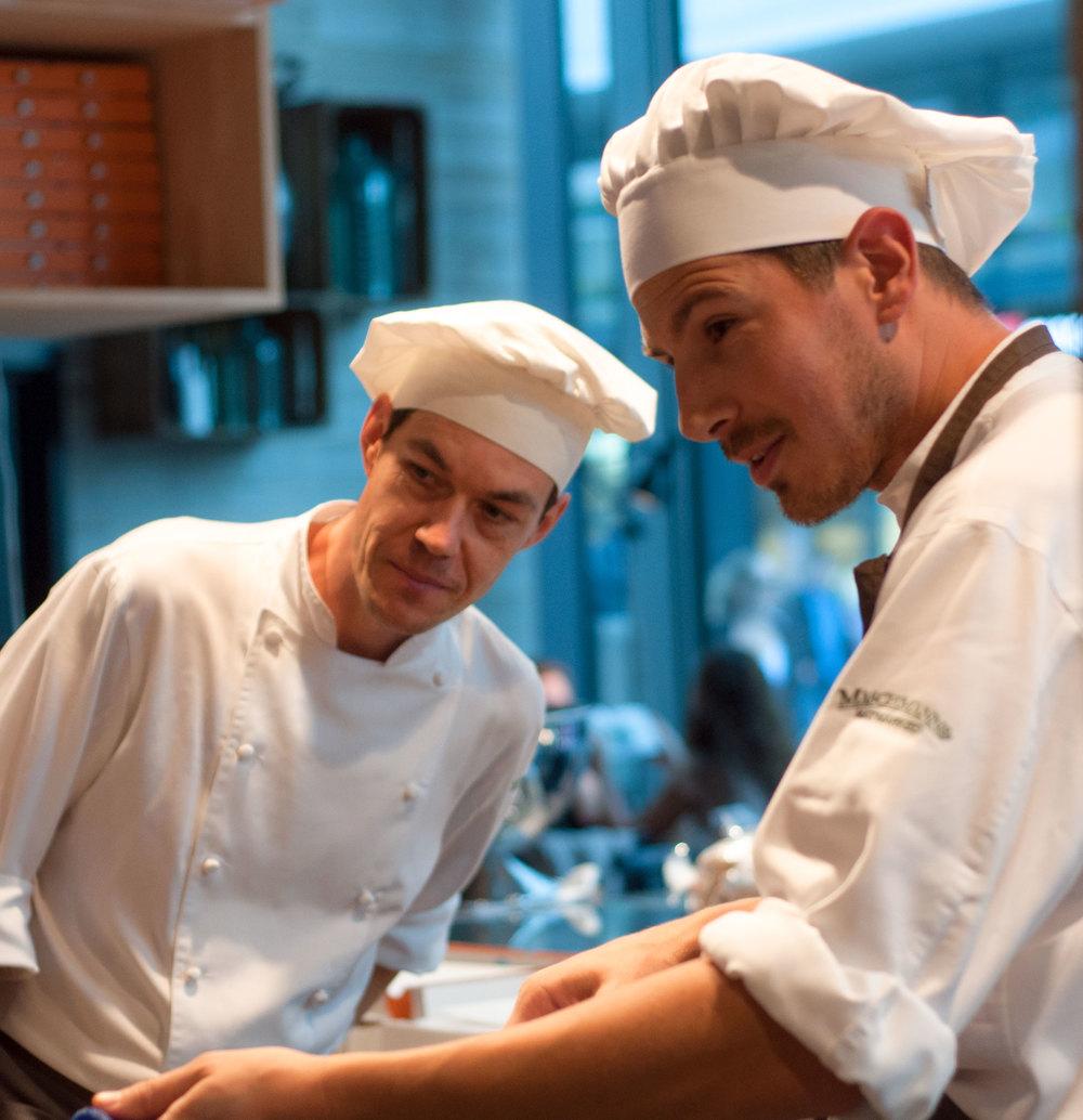 Ma.rio og Theo fra Maschmanns bakeri i dyp konsentrasjon