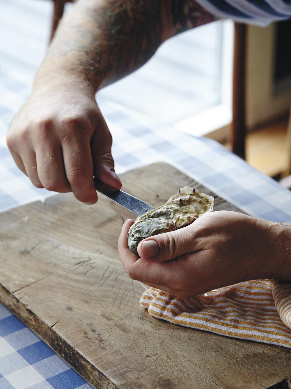 3. Kjør kniven ned langs sidene på østersen.