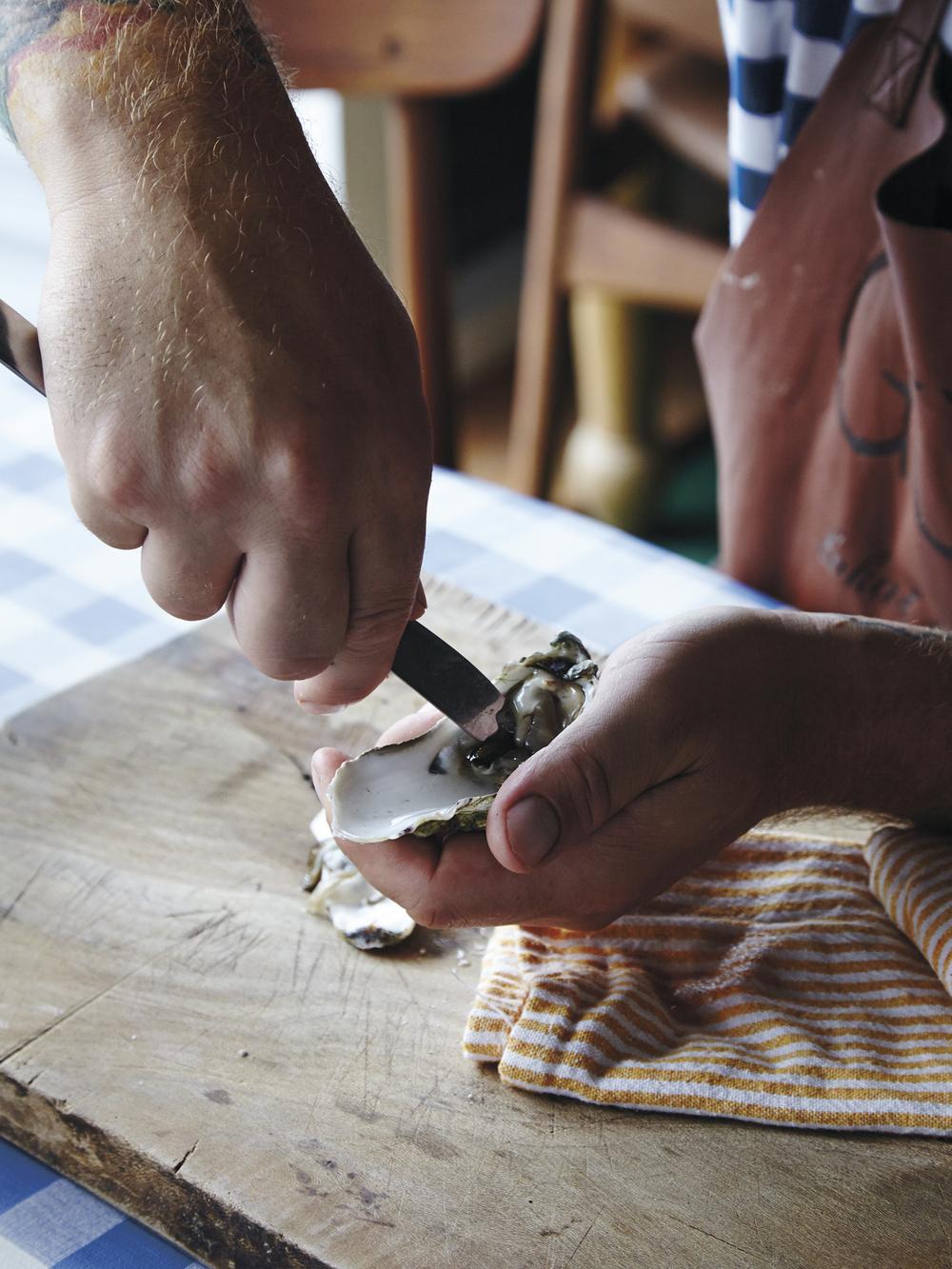 5. Bruk kniven til å frigjøre østersen fra skallet.