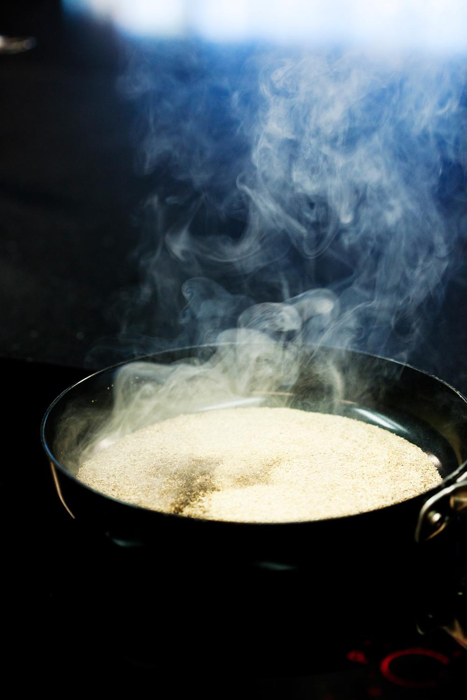 2.    Ha røykesponene i en stekepanne på høy varme. Rør innimellom.