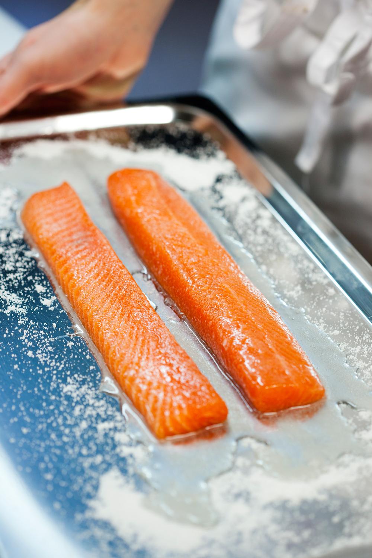 1.    Ørretryggen saltes og sukres (se oppskrift på Lettrøkt ørret). Dekk med plast og la ligge i 20 minutter. Skyll av salt og sukker og tørk fisken godt. Legg fisken på en stekerist og sett den øverst i kald ovn. Sett en langpanne med isbiter på midterste rille.