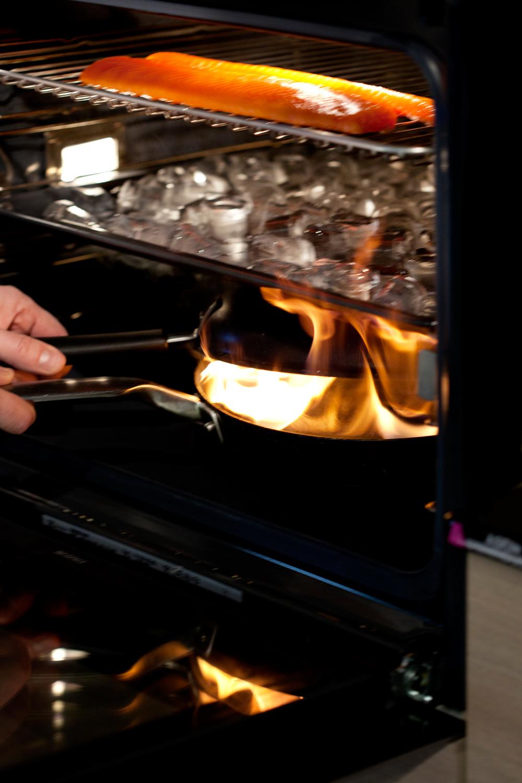 5.    Sett pannen nederst i ovnen og slukk flammen med lokket. Lukk døra med en gang! Nå har du gjort om ovnen til et røykekammer. Den varme røyken slår opp i isbitene og blir avkjølt. Fisken blir kaldrøkt.Du kan evnt bruke kulegrill med spon i bunnen, is i mellom og fisk på toppen. (Husk å ha på lokket). Fisken er ferdig røkt etter ca 15- 20 minutter.