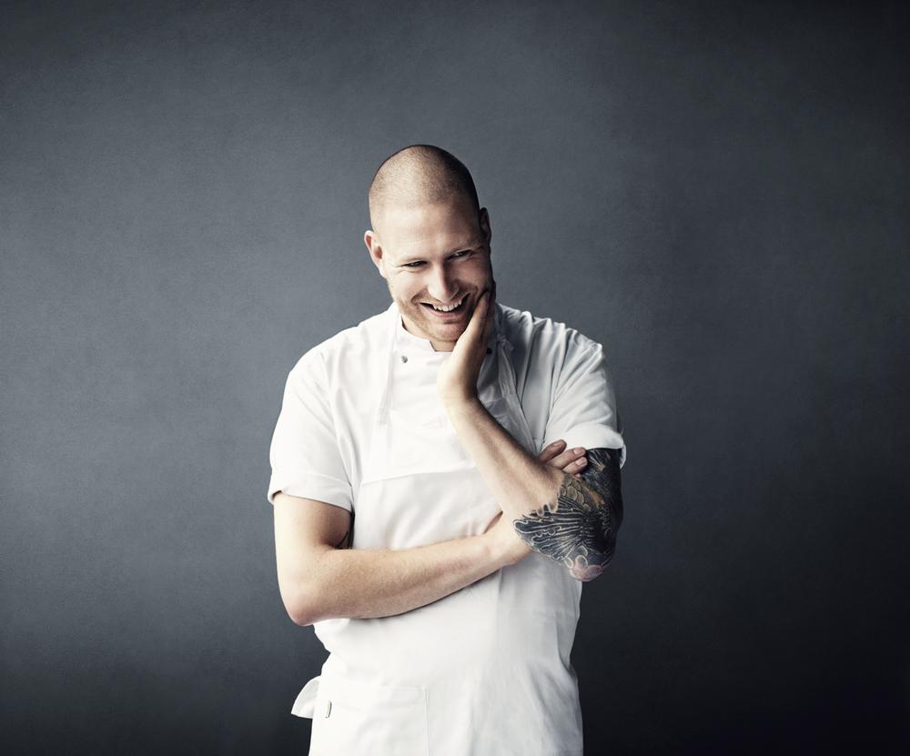 BIG BANG Esben Holmboe Bang er den innovativ unge danske kokkensom trodde på muligheten for å lage bærekraftig gourmetmat. Hans restaurantMAAEMOfikk 2 Michelinstjernr etter bare 15måneders drift. Her skaper Esben og kokketeamet hansfantastiskesmaksopplevelser basert på det beste og reneste du finner av norske råvarer. En kveld hos Maaemo er, etter min mening,på nivå med å oppleve den beste livekonserten med favorittbandet ditt!Foto: Tommy Andresen for NORD