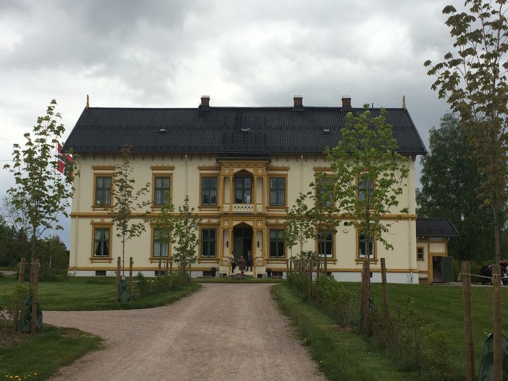 Melgården ligger i Åmot i Østerdalen, i de gamle skogsbaronenes rike. Den er bygget i 1875-1877.