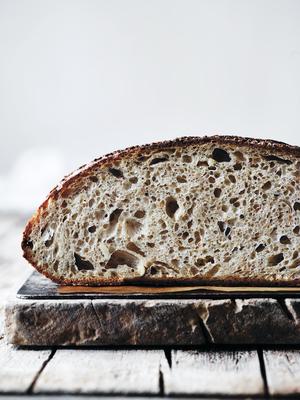 Dette brødet er bakt av vår danske bakervenn Thomas Steinmann fra Meyers Bageri i København. Det er Stine Christiansen/Skovdahl som har tatt bildet. Oppskriften finner du i lenken til artikkelen litt lenger ned.