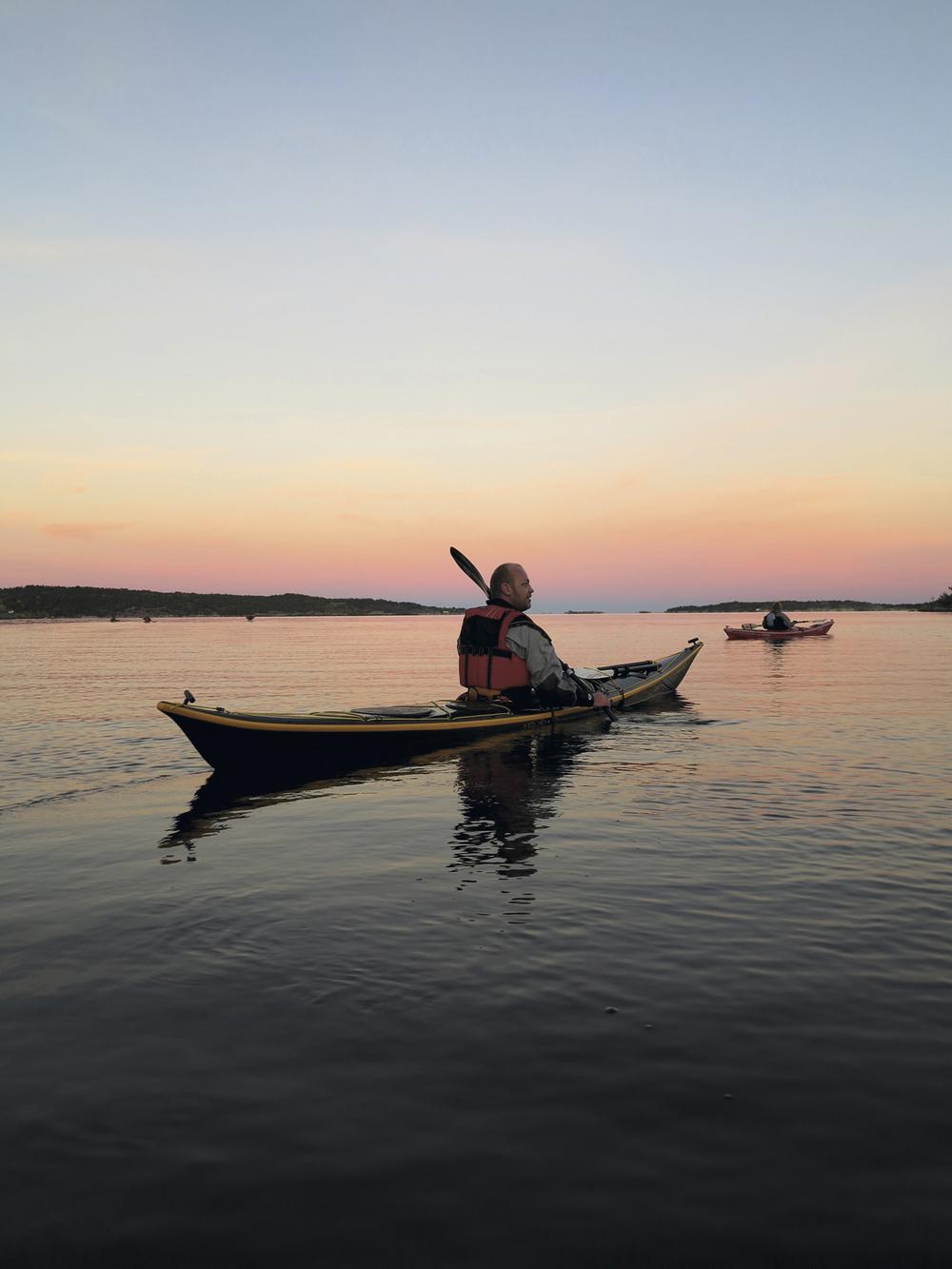 Geir (Helland Persson) og jeg har padlet mye sammen. Han er proff, jeg er amatør, men glad i å padle langt, og gjerne i god sjø.Hobbyen fikk helt klart en ny dimensjon da vi dro påærfugljakt utenfor Risør.