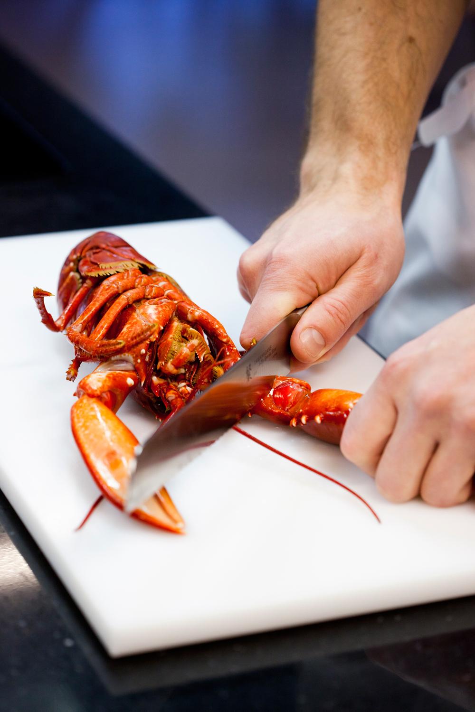 5. Kloen kakkes med en kniv slik at den kan brekkes opp, og du kommer lettere til kjøttet.