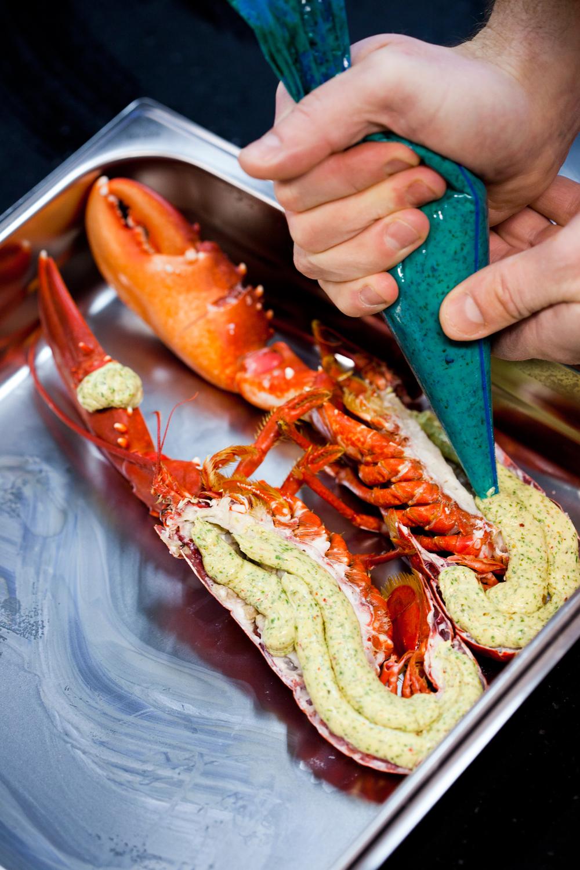 8. Skal hummeren brukes til gratinering kan du koke den samme dag. Smør den godt med gratineringssmør og sett den på full guffe under grillelementet i ovnen til smøret får en fin gyllen farge.