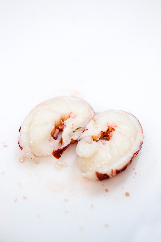 6. Etter koking legges hummeren opp ned med isbiter på til avkjøling.Den legges opp ned for å beholde alle gode smaker inni hummeren og ikke la de renne ut. Hummeren er nå klar til steking.