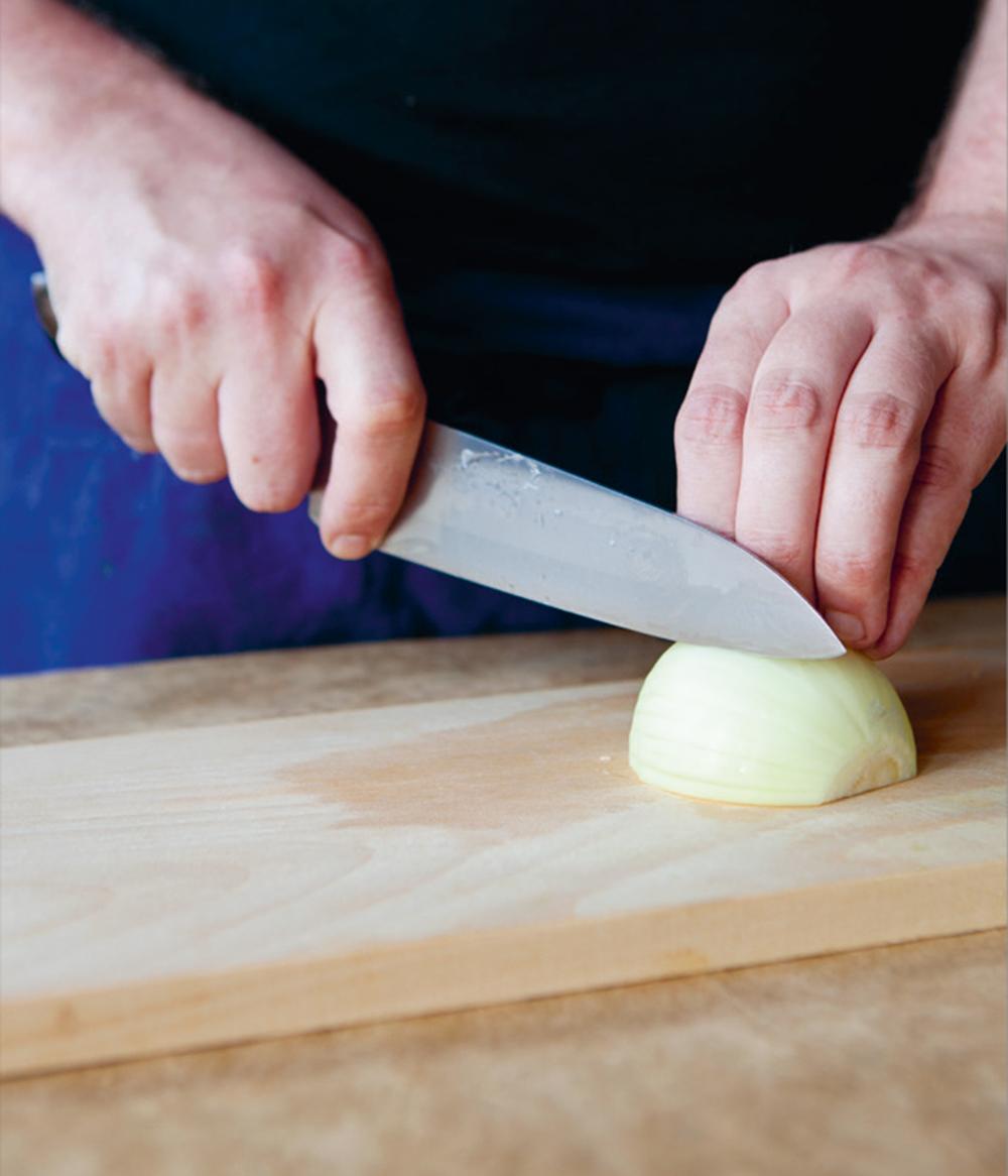 Å lære seg noen gode kutteteknikker er både tidsbesparende og ikke minst bra og trygt for fingrene. På YouTube finner du mange gode instruksjonsvideoer. Søk på f.eks. «knife skills».