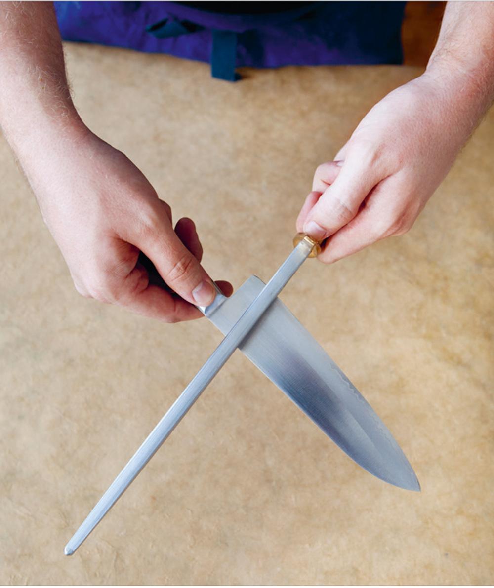 Skjerping er det hverdagslige vedlikeholdet av kniveggen med et skjerpestål. Å lære seg å bruke et skjerpestål er en god investering da knivene holder seg skarpe mye lenger.