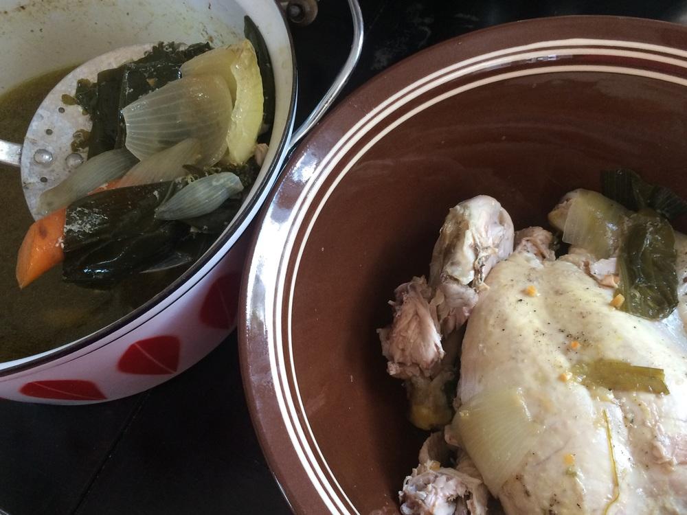 Løft høna over i en annen beholder, og kast grønnsakene som nå er kokt ut på smak. Sil suppa, rens høna for bein og skinn,og del hønsekjøttet i mindre biter.