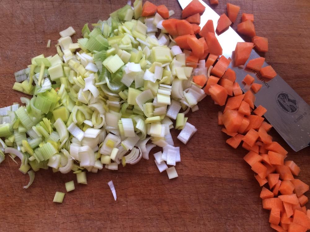 ZEN: Så renser du enda en purreløk, en løk, noen gulrøtter og gjerne litt sellerirot og skjærer dem i små firkanter. Husk å koke en god ris nå mens du skjærer opp grønnsaker. Det tar omtrent like lang tid.