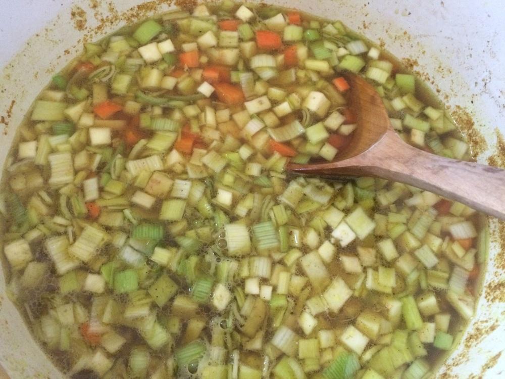 Ha grønnsakterningene i suppa, og kok til de såvidt er møre. Her liker Ellinor (10) veldig godt at jeg har i litt karri.