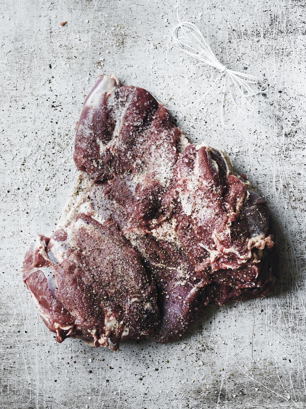 4. Dryss steika med 8 g salt per kilo (1 teskje er cirka 5 gram), noen knuste einerbær, 1 knust laurbær og nykvernet sort pepper. Jeg liker å pepre godt, men det er selvfølgelig en smakssak.