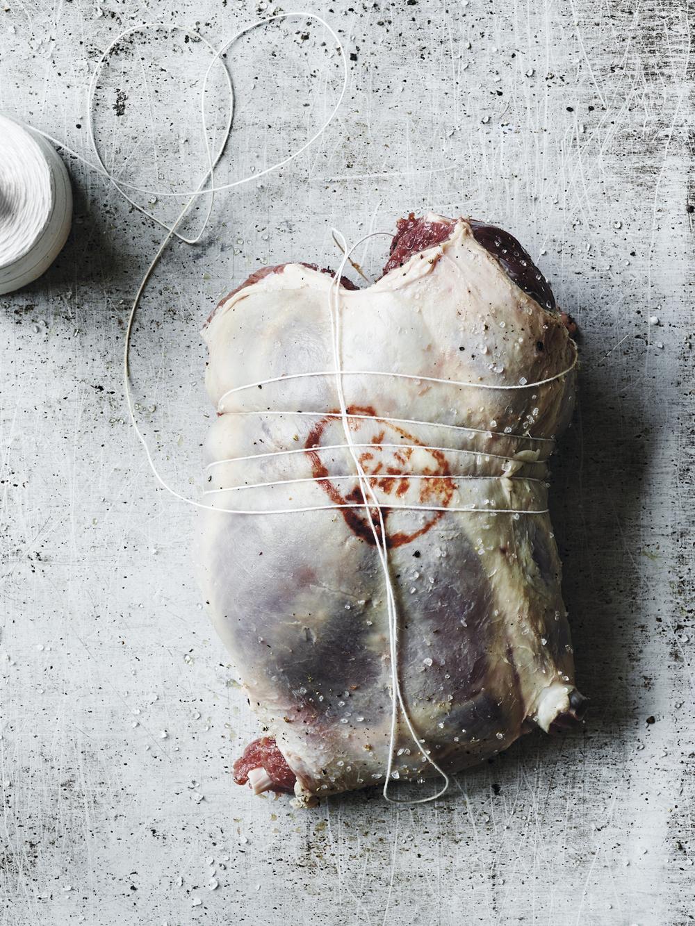 6. Surr hyssingen rundt steika med «lassoløkker» og sørg for at du hele tiden strammer godt så steika holder formen når du tilbereder den.