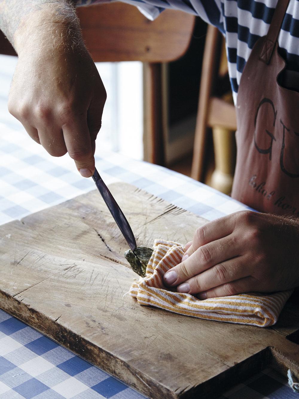 1.  Legg østersen på en fjel med den lukkete delen mot deg. Hold østersen med et kjøkkenhåndkle.