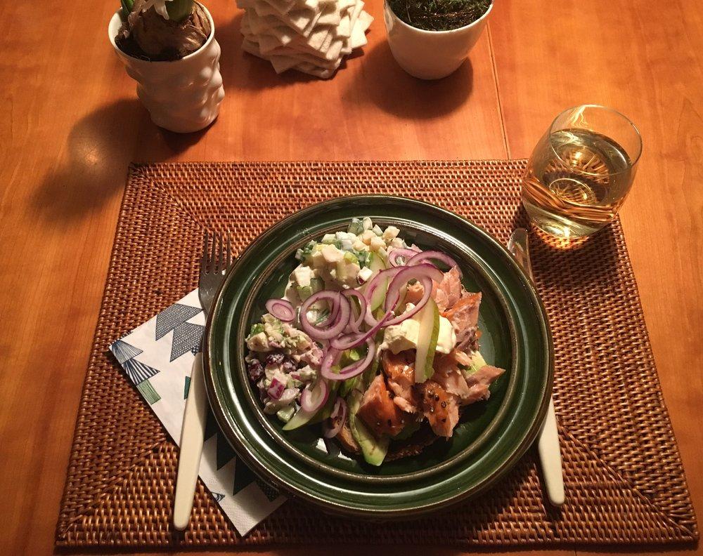 Varmrøkt pepperlaks i trengsel med avokado på landbrød fra Åpent Bakeri. Rester av kokte Ringerikspoteter fra første juledag ble deilig potetsalat sammen med agurk, vårløk og Rørosrømme (pisket med eggeplomme og litt eddik/olje, salt, sukker og pepper). Pyntet med pære, rødløk og litt ekstra Rørosrømme. Mmmm.