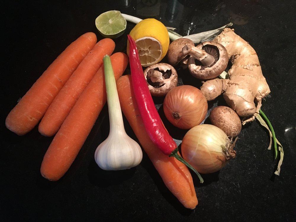 """Gulrøtter, løk, hvitløk, chili, litt sitron, lime, vårløk og noen sjampinjonger. Dette blir deilig """"kjøleskap-reste-suppe""""!"""