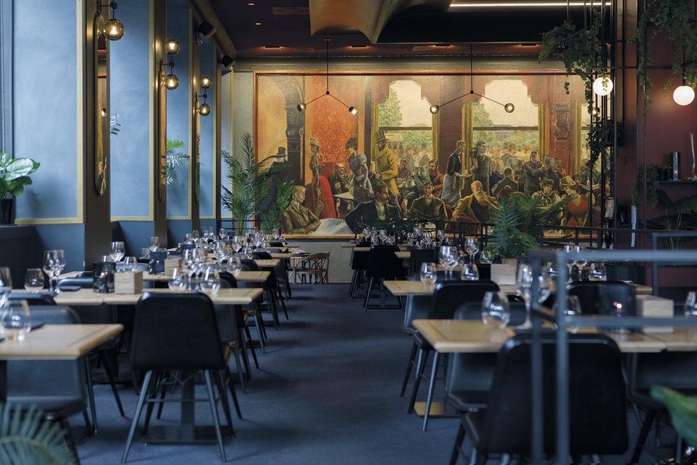 Per Krogs store maleri av Cristiania-bohemen (1928) har en fremtredende plass på endeveggen i Grand Café.