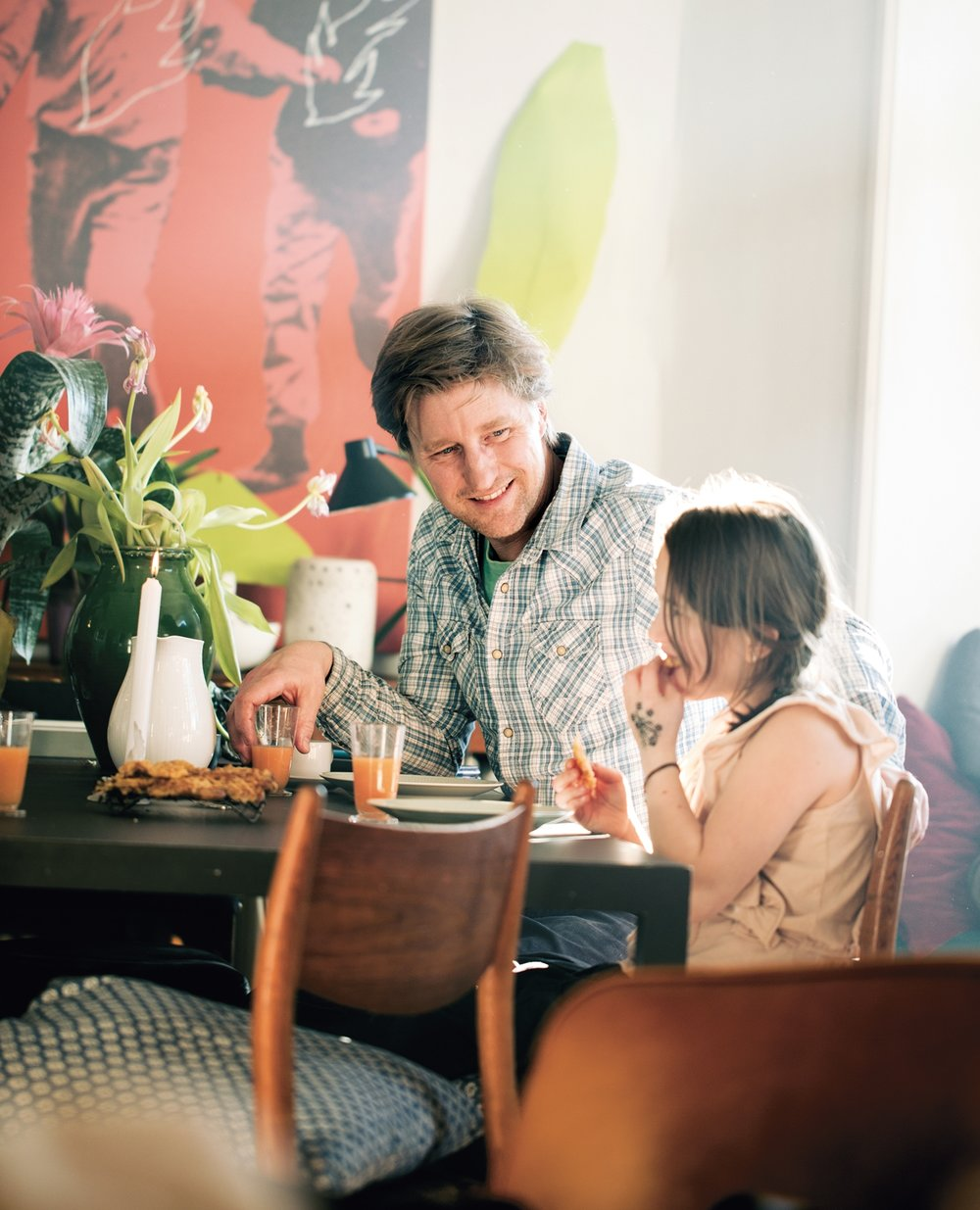 Per Asbjørn Risnes jr liker å gjøre ting selv. Han fôrer familien til hverdag og fest med gamle klassikere, nye eksperimenter og hjemmelaget fast food. Det hender rett som det er at de liker det han lager. Frilansjournalisten og forfatteren har gitt ut flere bøker, blant annet kokeboka «Pappamat» på Garmann forlag.