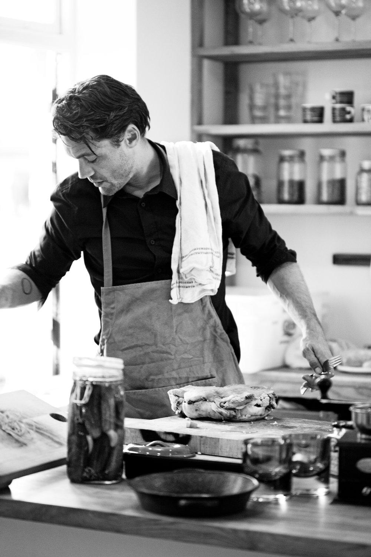 Henrik J. Henriksen er familiefar, filmprodusent, matskribent, urbanist og kokk i eksil på Grünerløkka. Har gått gamle-skolen på kjøkkenet og det er nok derfor han er så glad i å rote frem ting fra glemselen og formidle dem med et sjarmerende snev av arroganse. Henrik forfekter en helhetlig tilnærming til matlaging, hvor tid og planlegging er blant de viktigste ingrediensene, og hvor enkelhet er en dyd.
