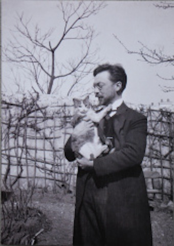 Wassily Kandinsky with his cat Vaske.
