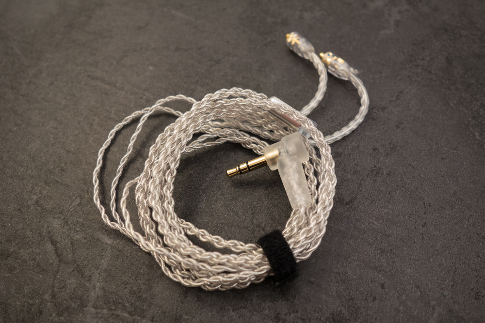 The new included cable is more resistent to tangling and harder wearing.
