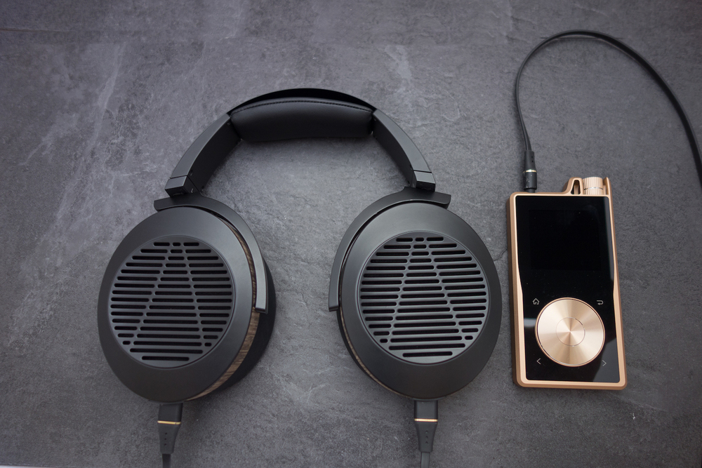 Reviewing the Audeze EL-8 open back headphones with the Questyle QP1-r high resolution DAP