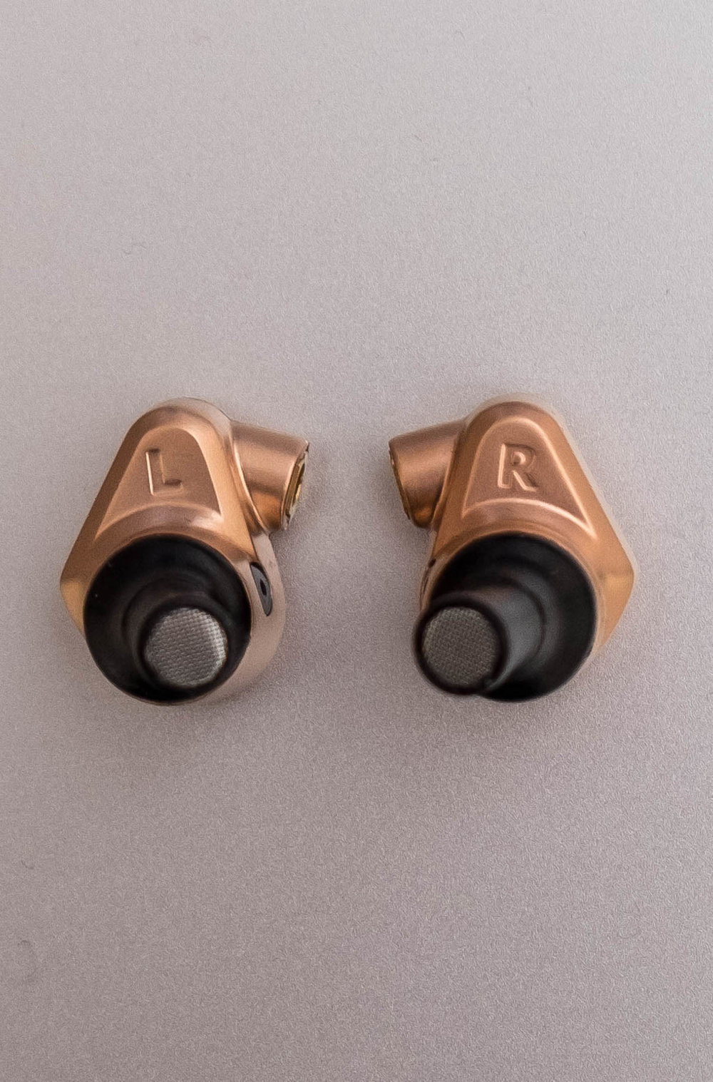 Both earphones are clearly identified via the L+R (left and right) markers.  Picture taken with cable detatched from earbud housing.