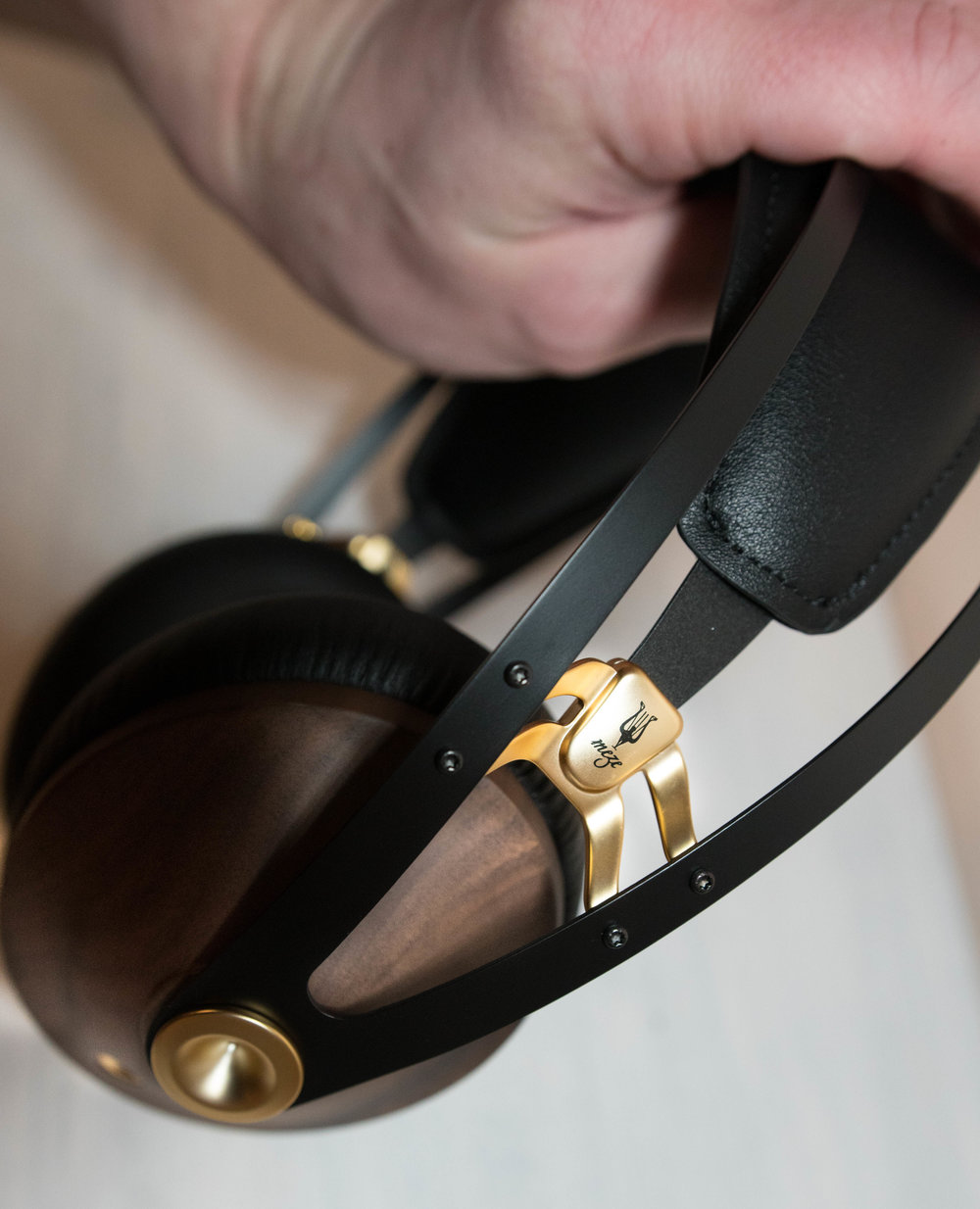 Elastic loaded heaband is very comfortable for prolonged use of the headphones.